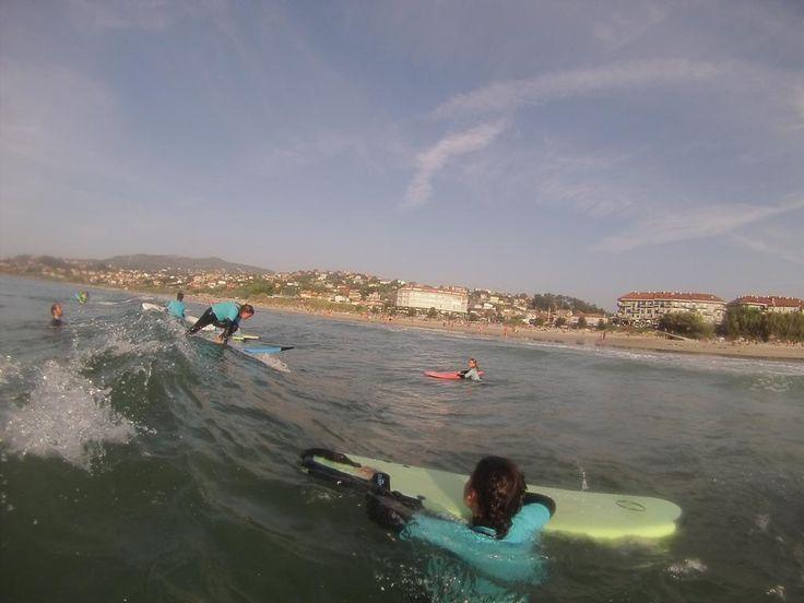 Nuestra playa y nuestras tablas son ideales para inciarse en el surf