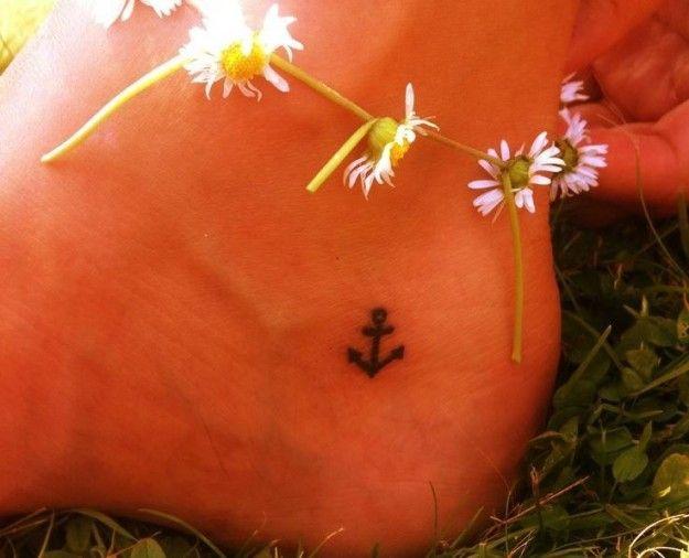 Tatuaggio piccola ancora sul piede