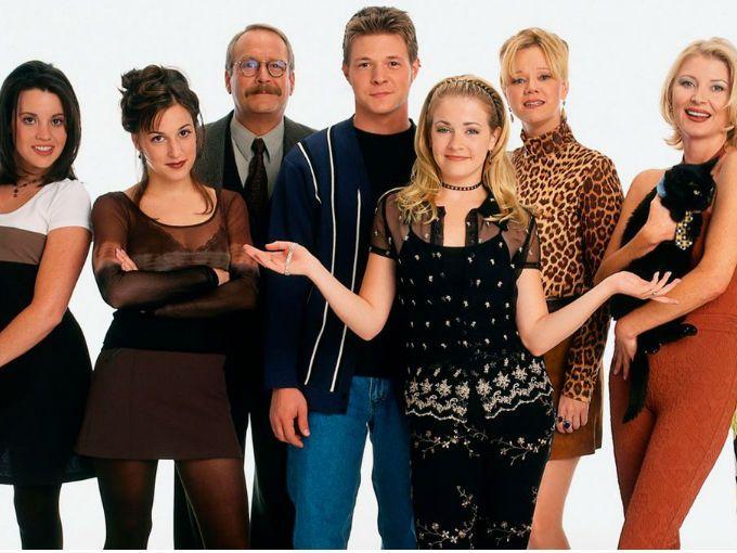 Así lucen hoy los personajes de Sabrina, la bruja adolescente. Algunos tienen hechizo contra el tiempo.