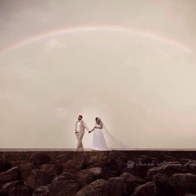 Newlywed under the rainbow  #froggy #beach #wedding #australia #photo #under #the #rainbow #coolangatta #свадебные #фото #радуга #австралия #скалы