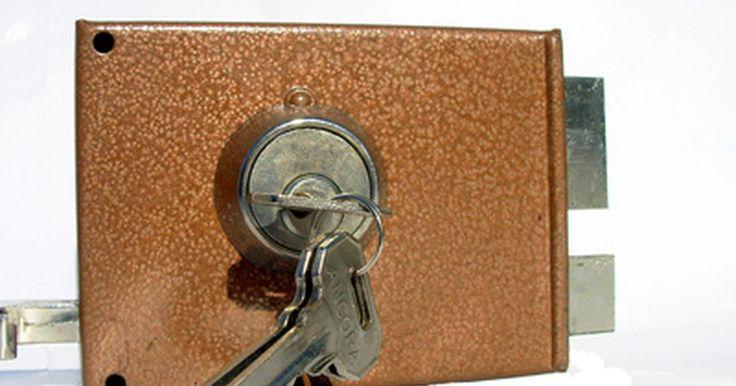 Como quebrar uma fechadura deadbolt. Muitos tipos de portas, incluindo as usadas em apartamentos e casas, usam uma fechadura deadbolt como forma secundária de segurança. Essas trancas dificultam a entrada de invasores em uma residência, mesmo se a maçaneta for removida. Se você perder a chave e não quiser gastar tempo arrombando a fechadura, pode simplesmente quebrar a tranca. Isso é ...