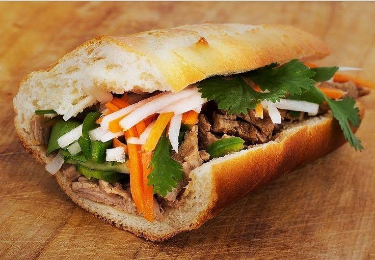O Bánh mì é um sanduíche vietnamita recheado de coentro, molho de alho, pepino, cenoura em conserva, churrasco de carne de porco, tofu frito, bucho de porco e presunto