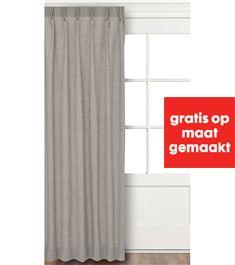 Neutrale gordijnen en bankbekleding in warm lichtgrijs (gordijnen worden gratis gemaakt bij de Hema, 14.95 per meter)
