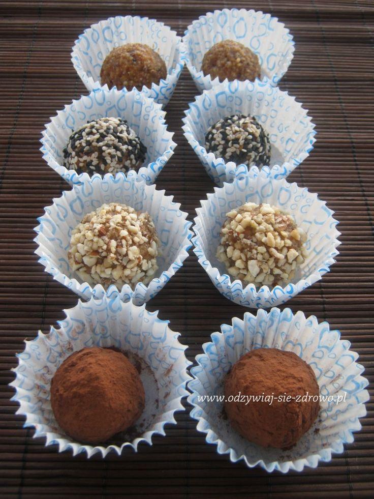 Składniki: – 1 szklanka mieszanych orzechów i migdałów: użyłam nerkowce, laskowe, włoskie, pecan – 1 łyżka siemienia lnianego – 2 łyżki wiórków kokosowych – czubata łyżka oleju kokosowego – 1/2 szklanki daktyli Do obtoczenia: surowe kakao, sezam, zmielone orzechy Przygotowanie: Daktyle zalewamy wrzątkiem i odstawiamy. Migdały, mieszankę orzechów, siemię lniane i wiórki kokosowe blendujemy (odkładamy …
