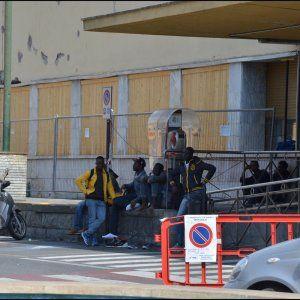 Offerte lavoro Genova  Chiuso il centro della Croce Rossa rimangono in molti per le strade della città: e i passeurs li cercano  #Liguria #Genova #operatori #animatori #rappresentanti #tecnico #informatico Treni sorvegliati speciali ma Ventimiglia resta la stazione darrivo