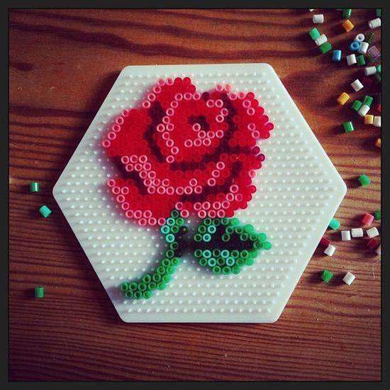 Jolie création en perles à repasser #diy #hama #rose #fleur #flower