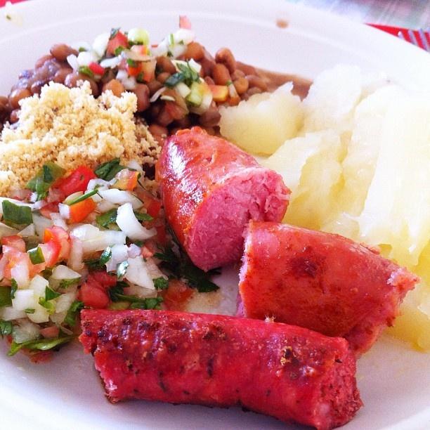 macaxeira cozida, feijão verde, farofa e vinagrete com lingüiça sertaneja e toscana no alecrim