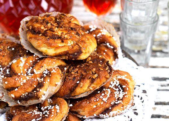 De här glutenfria kanelbullarna är lika goda eller ännu godare än vanliga bullar. Inget skämt! Det är inga dietbullar precis - men de är saftiga, smakrika och lyxiga och innehåller kokossocker istället för vanligt socker. Kan göras som traditionella kanelsnurror eller snäckor. Passar barn och kalastillfällen perfekt.