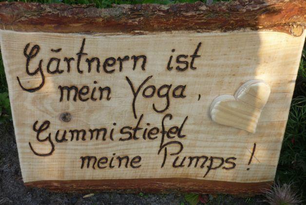 """Ein schöner """" Hingucker"""" für Ihren Garten.... Das witzige,nette Zitat habe ich mit viel Liebe und Geduld tief ins Holz eingebrannt.  Ein schönes Herz aus Holz ziert das Brett."""