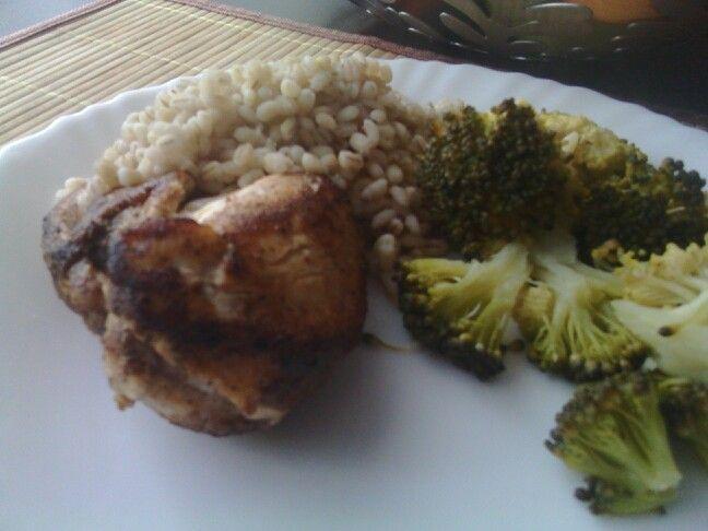 Filet drobiowy, pęczak i parowane brokuły.