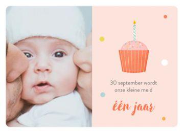 Uitnodiging voor een verjaardag met oranje achtergrond. Links je eigen foto en rechts een cupcake met een kaarsje.