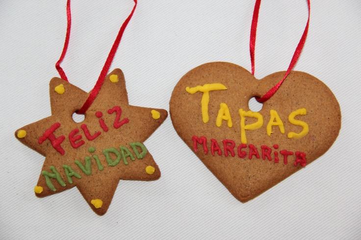 Gemberkoekharten & -sterren van de Ikea met Dr. Oetker Schrijfstiften decoreren. Een verpakking bevat vier schrijfstiften in de kleuren: rood, groen, geel en wit. Rood lint erdoor en ophangen maar, leuk voor in de kerstboom!