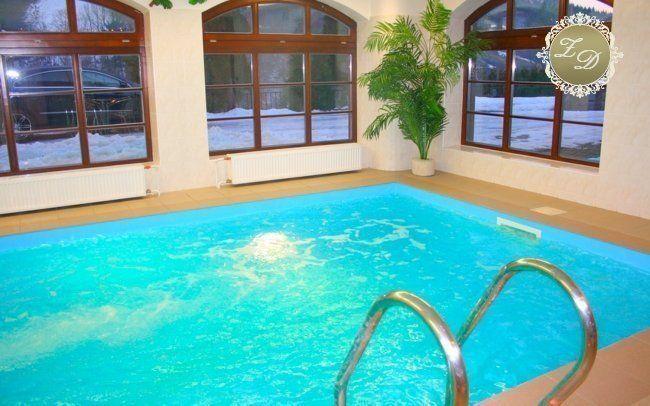 Romantický pobyt na zámečku Dinotice s polopenzí, neomezeným vstupem do bazénu a saunou na 60 minut, to je ta pravá relaxační dovolená pro pár.