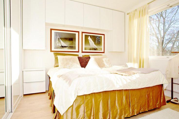 Makuuhuoneen harmoninen tunnelma on saavutettu tilaamalla kaikki säilytysratkaisut samasta osoitteesta. - Unique Home