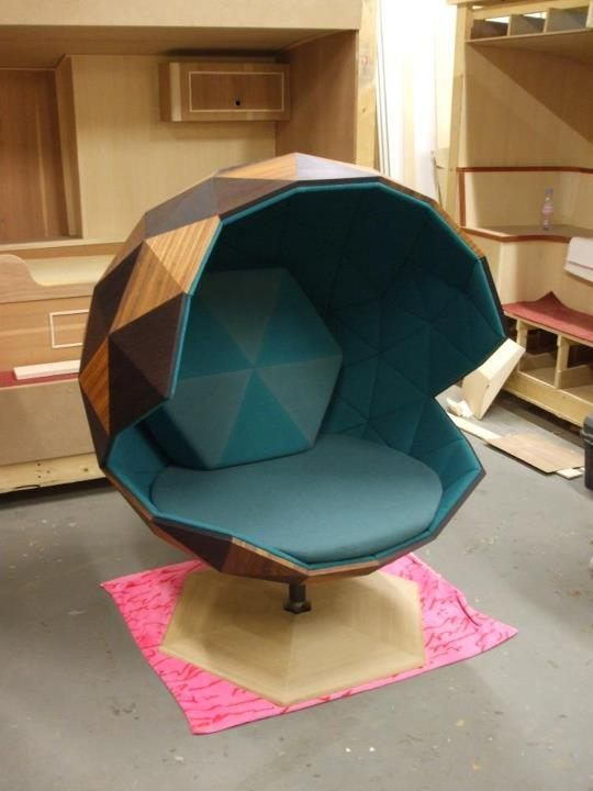 This chair looks like a chic saiyajin spaceship. #design