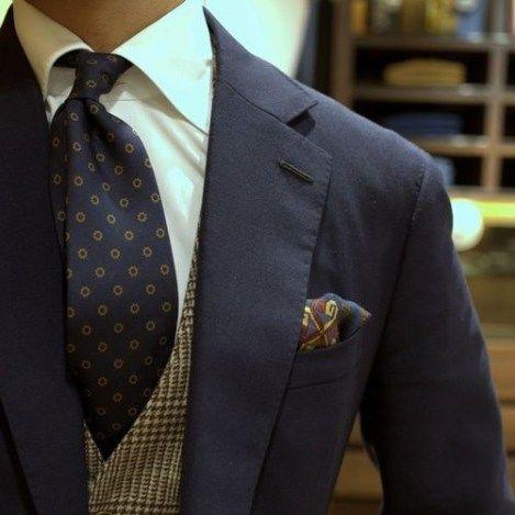 小紋タイ×白シャツ×紺スーツ