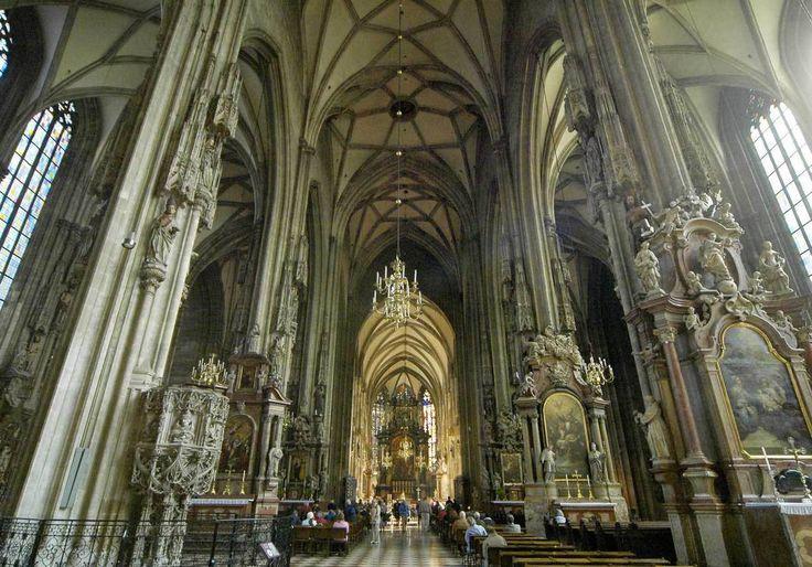 Une visite Edifice grandiose, la cathédrale Saint-Charles-Borromée charme à tous les coups ! Construite en 1932, elle est une institution de la ville de Saint-Etienne et fleure bon l'Histoire. On se presse en ses murs pour découvrir ses vitraux majestueux. Une visite qui vaut le détour.  42000 Saint-Étienne