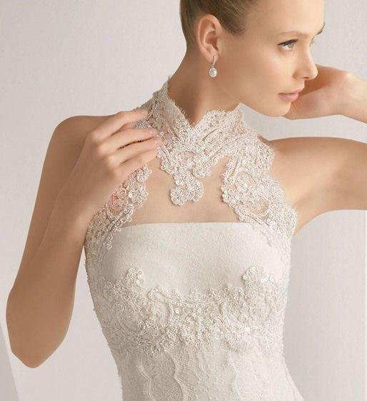 背中と胸元のレースがとても美しいアメリカンスリーブのウェディングドレス。 Couturiere Tokyoさんのウェディングドレスです。 ギャラリーページで拝見してお写真をお借りしました。 価格等詳細は不明・・・。なので、気になった方は直接お問い合わせください。 腰はラインがはっきりとしたマーメイドラインです