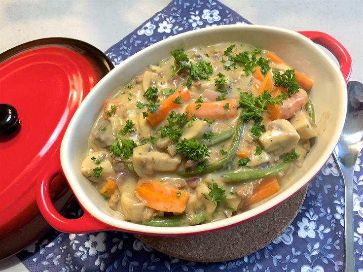 Nieuw recept: Franse groentestoof:  Een overheerlijke vegetarische groentestoof op Franse wijze, lekker met champignons, winterpeen, rode ui en sperziebonen. Uiteraard kun je de groenten aanpassen naar eigen wensen en kun je het vegetarische gehakt aanpassen door kip of vegetarische roerbakblokjes.   http://wessalicious.com/franse-groentestoof/