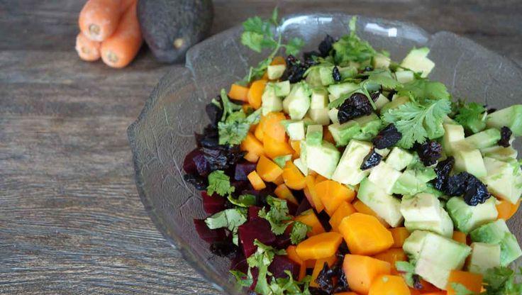 Ein leuchtender Rote Bete Salat: Mit Karotte, Avocado und Koriander. Die Geheimzutat im Rote Bete Salat sind getrocknete Pflaumen. Suchtpotenzial!