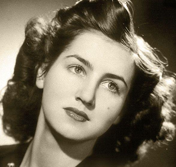 Ellas sin Picasso Marie Françoise Gilot nació en Neuilly-sur Seine, Francia, el 26 de noviembre de 1921. Hija de un agrónomo, hombre de negocios y de una artista que se dedicaba al trabajo en acuarela. Fue estudiante de literatura inglesa en la Universidad de Cambridge y en el Instituto Británico de Paris y se graduó en la Sorbona con una licenciatura en Filosofía, en 1938. Al año siguiente se graduó en la Universidad de Cambridge, y sacó una licenciatura en inglés.Françoise Gilot, 1942