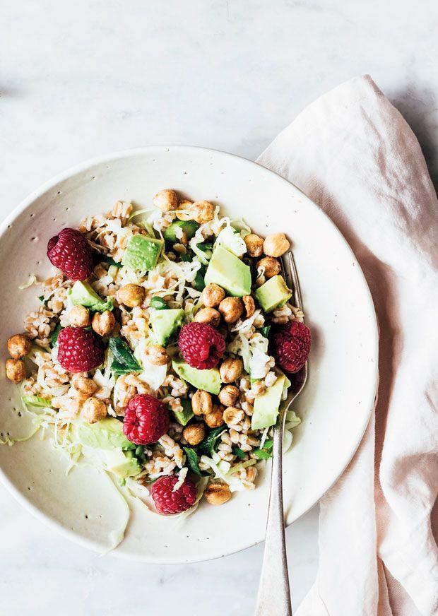 En base af speltkerner, et sundt boost af gode grøntsager og knasende sprøde kikærter som topping. Så har du en sund og nærende salat, der holder dig glad og mæt længe.