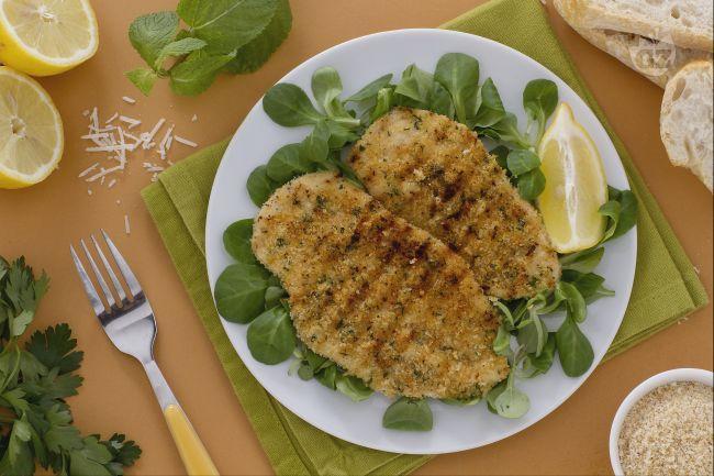 La cotoletta alla palermitana è una versione della classica panata e fritta. Viene preparata senza uovo e senza burro ed è cotta sulla griglia