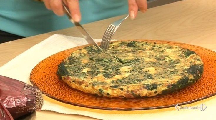 La ricetta della frittata salsiccia spinaci e brie, proposta da Tessa Gelisio nella puntata di oggi di Cotto e mangiato.