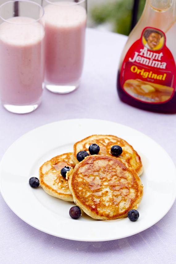 Vegan pancakes with bluberries.  http://vegoriket.se/?p=192#more-192