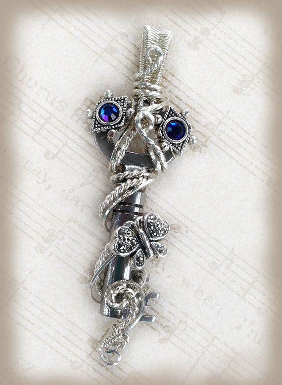 Cristal bleu et papillon pendentif Antique passe-partout, de papillon et de cristal de Swarovski bleu fil enveloppé pendentif clé, marcassite papillon