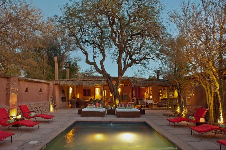 Чили:  отель Altiplanico, отражающий необъятность пустыни, как продолжение местных достопримечательностей. Каждый из домов оформлен в самом традиционном для этих мест стиле. В отеле имеется прекрасный открытый бассейн, кафе и бар