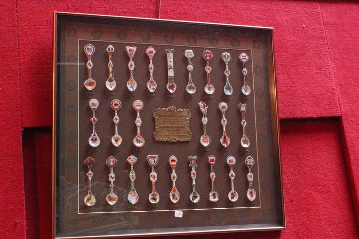 Diorama édité par le comité d'organisation des Jeux Olympique de Séoul de 1988, agrémenté de cuillers en porcelaine commémorant les rencontres passées. Numéroté: 12308/18-880 réalisé par Jung- Won industries Ltd en Corée. 57 x 62 cm 05/10/13 - Eric Pillon Enchères