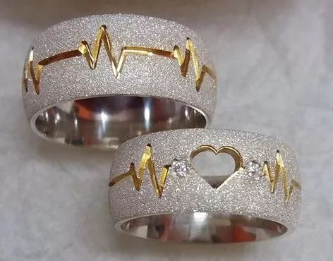 alianca de namoro em prata cardiograma. estojo de rosa
