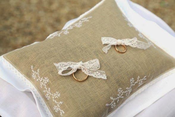 letrecivette: Matrimonio d'antan a Villa Boccea... cuscino fedi wedding day foto di veronica zanetti avoriophoto