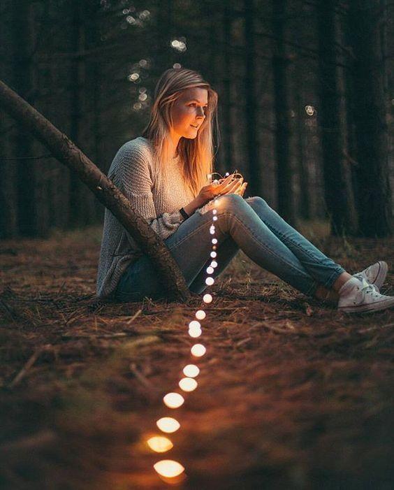 Lichterketten Foto Shooting im Wald: Inspiration für dein nächstes Low Budget