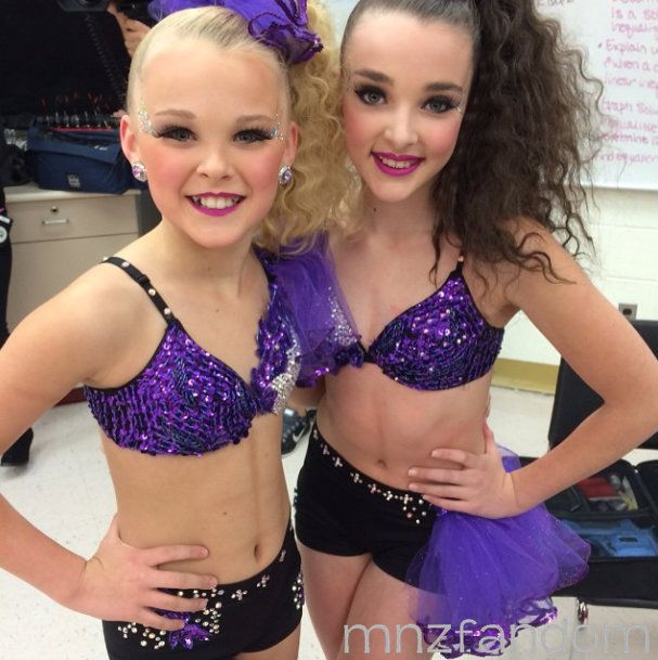 [S5E11] Jojo Siwa and Kendall Vertes in the dressing room in full costume and makeup for their duet.