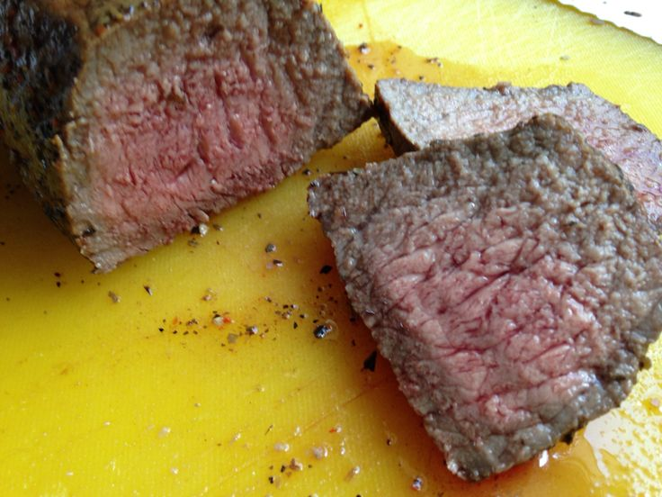 Nach 30 min aufm Grill mit Deckel bei knapp 120 Grad in Alu und 15 min ruhen lassen...Mahlzeit.