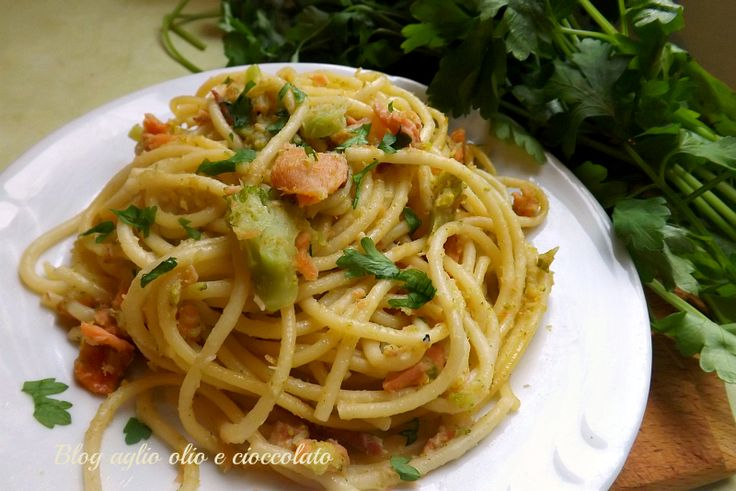 La pasta con salmone broccoli e pancetta,è un piatto particolarmente ricco di sapori ben legati tra di loro e si prepara in pochissimi minuti