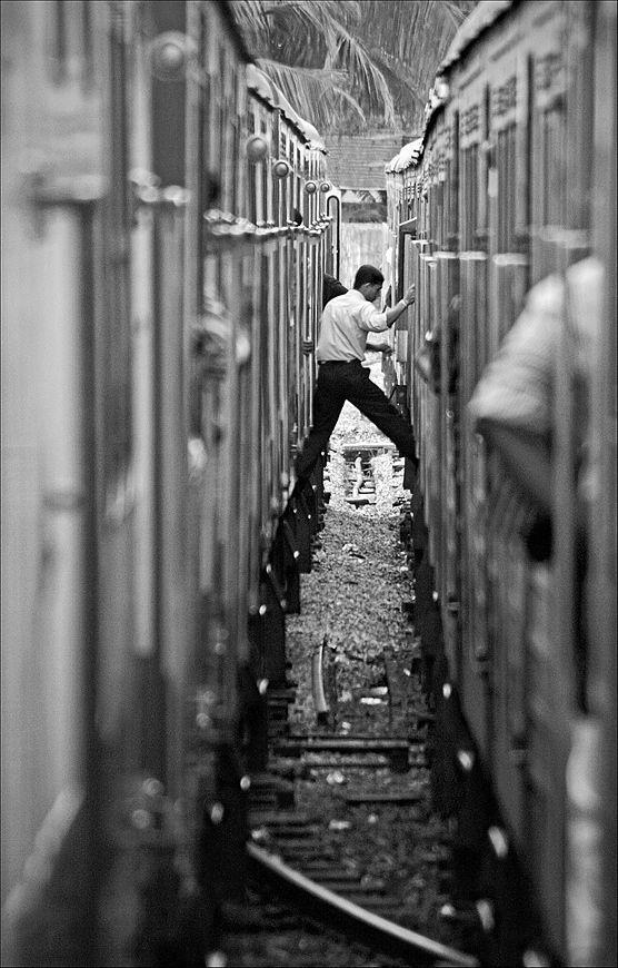 """""""Changing trains"""" by Doctor Mhuni  Wanna learn black and white photography ? Voulez-vous apprendre la photo en noir et blanc ?  http://www.grainedephotographe.com/cours-et-stages-de-photographie/9-stage-photo-noir-et-blanc.html"""