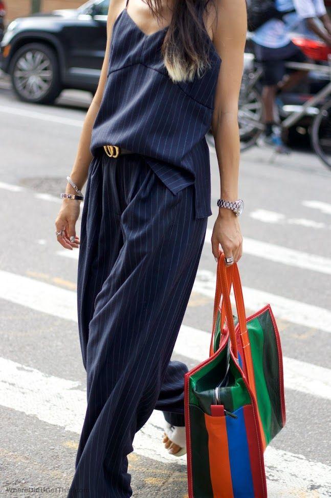 Azules con cinturón de gucci y bolso en varios colores para romper el look monocolor y opción de una blazer a tono. Ideal