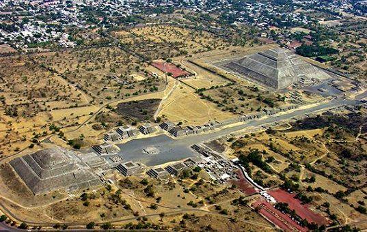 Vista actual de la antigua cuidad de Teotihuacán: Teotihuacán fue el nombre empleado por los mexicas para identificar a esta ciudad construida por una civilización anterior a ellos y que ya se encontraba en ruinas cuando la vieron por primera vez.