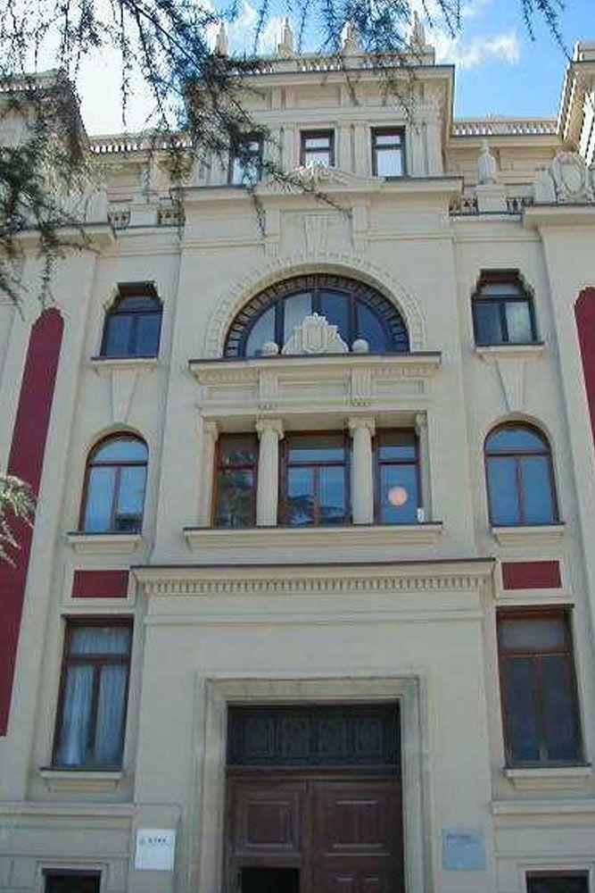 En el antiguo edificio de la empresa Papeleras Reunidas encontramos detalles que corresponden al estilo regionalista y otros de art déco. #Alcoy #Alcoi #patrimonioindustrial