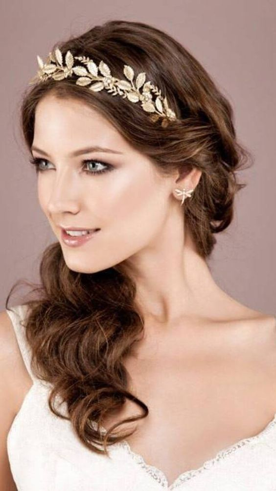 Gepflücktes langes griechisches Haar Eine der besten klassischen Lösungen zum Aufnehmen langer Haare bei Frauen ist die griechische Frisur. Der Unterschied ...