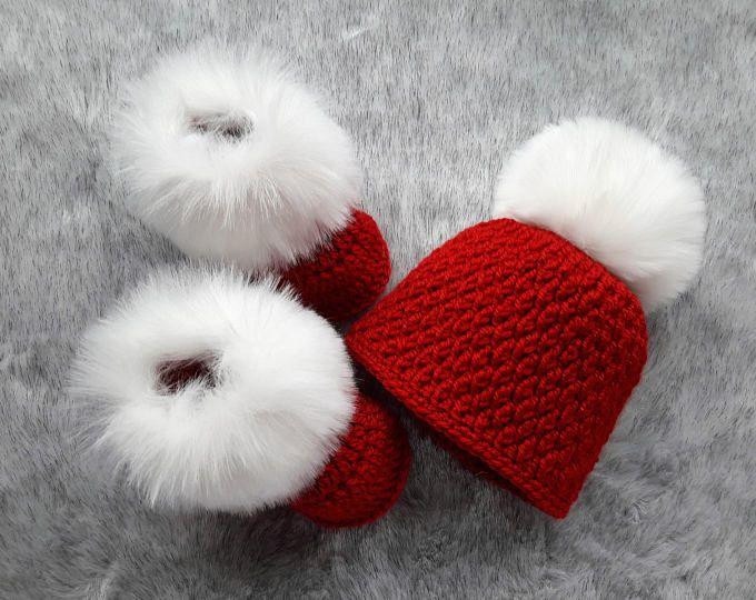 Weihnachtshut und Booties Set - rote Schuhe - roten Hut - Pom Pom Hut - Fell Booties - Baby Mädchen Hut und Booties Set - Neugeborene Winterkleidung