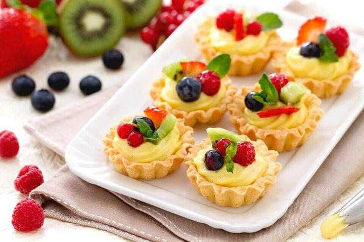 Cestini di frutta ripieni di crema pasticcera