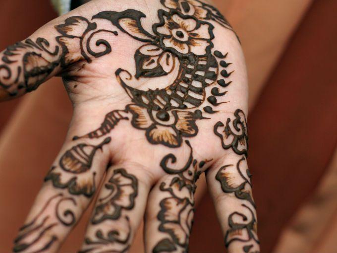 """¡Cuidado! En los últimos años, se ha incrementado en niños y adolescentes el uso de tatuajes temporales a base de henna. Los también llamados """"pseudotatuajes"""", que se aplican más frecuentemente en las playas mexicanas aunque también en algunas plazas, ferias y tianguis, han generado un mayor número de casos de dermatitis de contacto por parafenilendiamina (PPD), un componente habitual de la henna negra."""