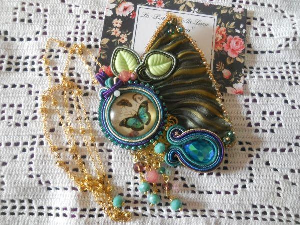 Collana  Butterfly artigianale con tecnica soutache, embreodery, composto da seta,  cabochon in vetro e gemma tipo swarovski, perline sfaccetate e perline miyuki.