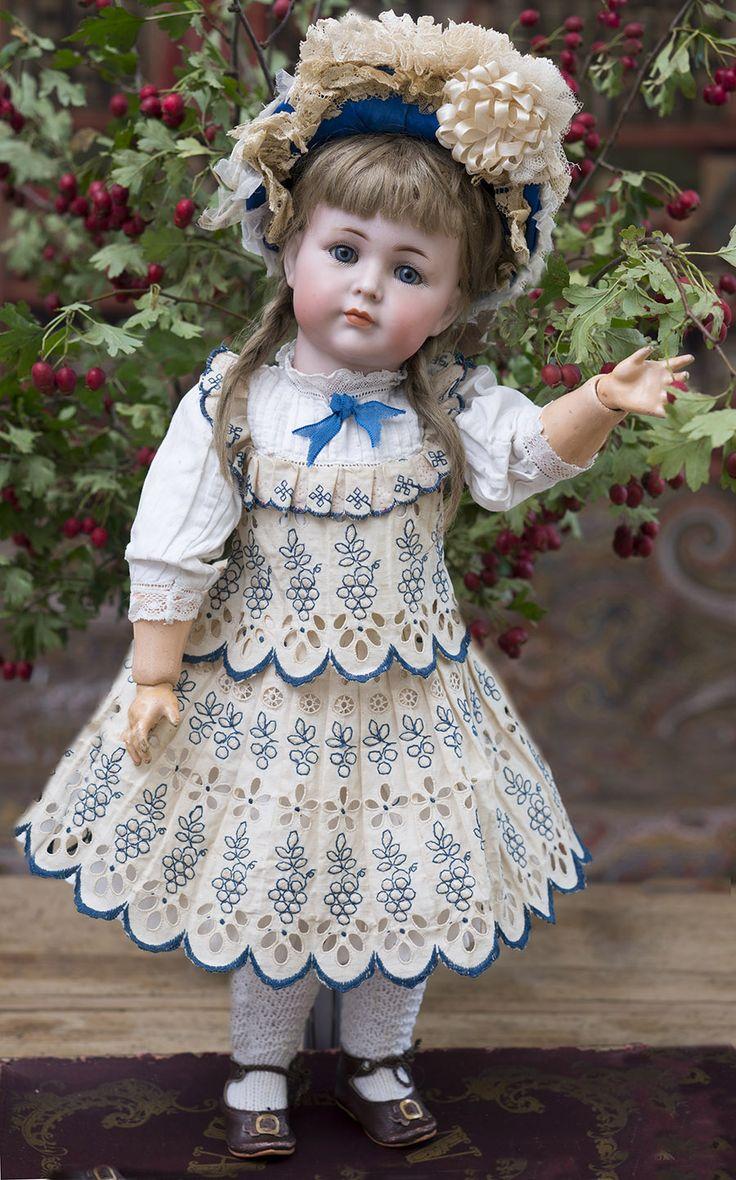 """Редкая немецкая кукла Mein Liebling, модель 117, 43 см,  фирмы Kammer & Reinhardt, которая считается переходной от """"dolly face"""" (""""кукольные личики"""") к харАктерным. Закрытый рот, голубые глаза, отличное состояние. Германия, 1912 год."""