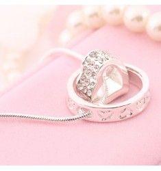 Vackert silverpläterat halsband med ett hjärta.