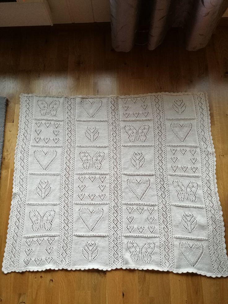 Babyteppe laget i Baby Alpakka. Opprinnelig et gammel mønster, men finnes i et nytt hefte fra Sandnes, nr 1515
